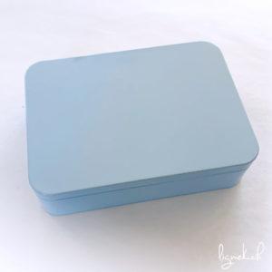Boîte métallique bleu pastel