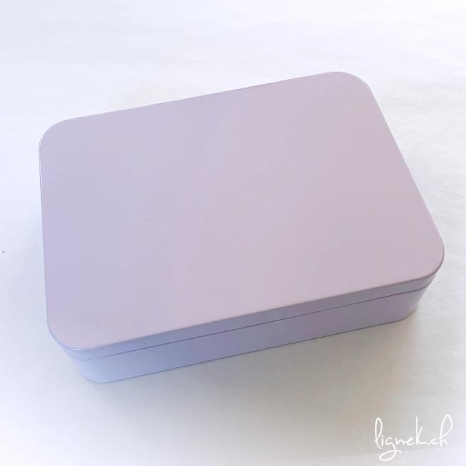 Boîte métallique mauve pastel