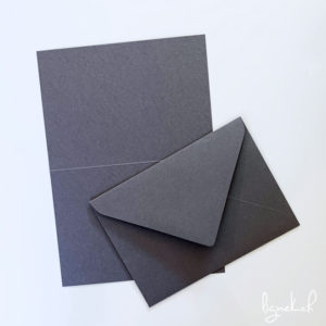 Lot de cartes et d'enveloppes gris foncé