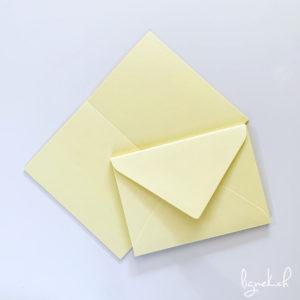 Lot de cartes et d'enveloppes jaune lumineux
