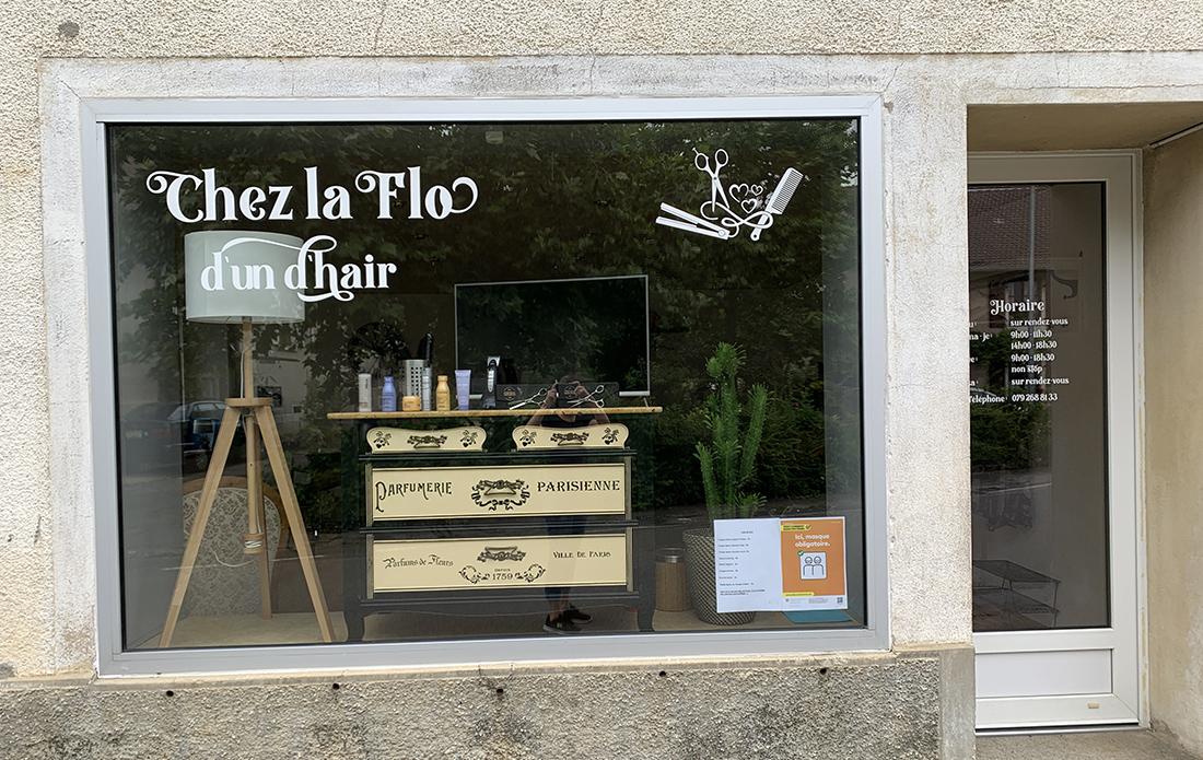 Autocollants pour la vitrine du salon de coiffure Chez la Flo d'un d'hair, Undervelier